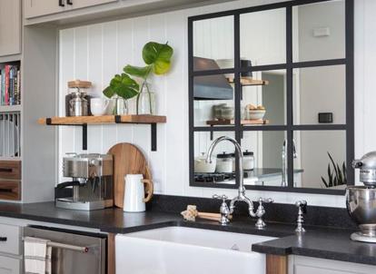 آیینه در آشپزخانه - خانه اخوان